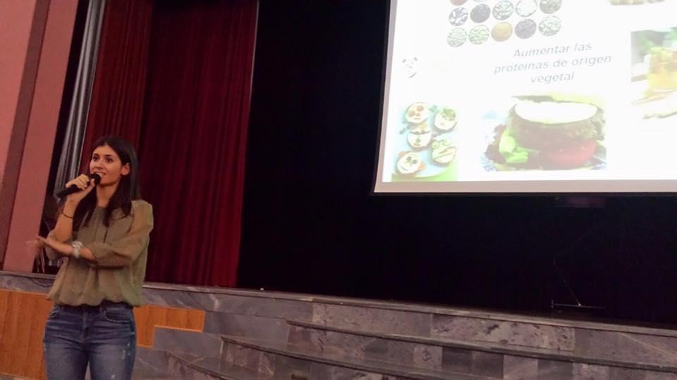 Ana Sirvent en una charla sobre alimentación infantil en el Colegio Don Bosco de Alicante